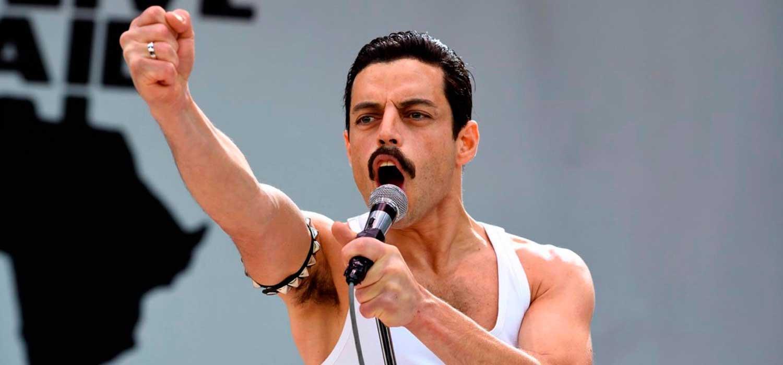 Rami Malek interpretando a Freddie. Una pelicula generica