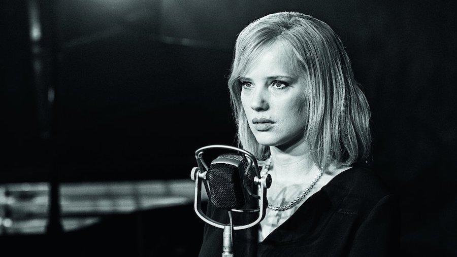 Cold War. Ella es una cantante.