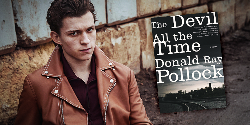 Tom Holland con el libro de Donald Ray Pollock