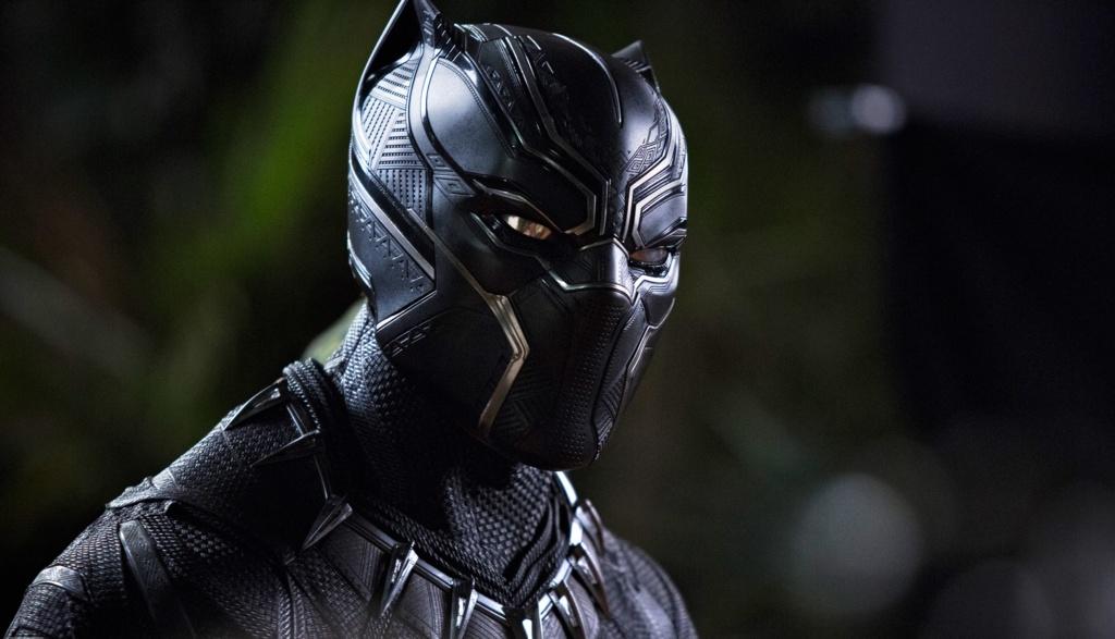protagonista de la película Black Panther usando su traje insignia.