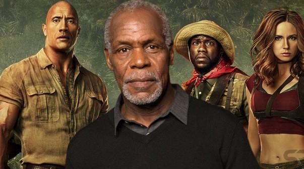 Danny Glover en primer plano y de fondo una parte del elenco de Jumanji: En La Selva.