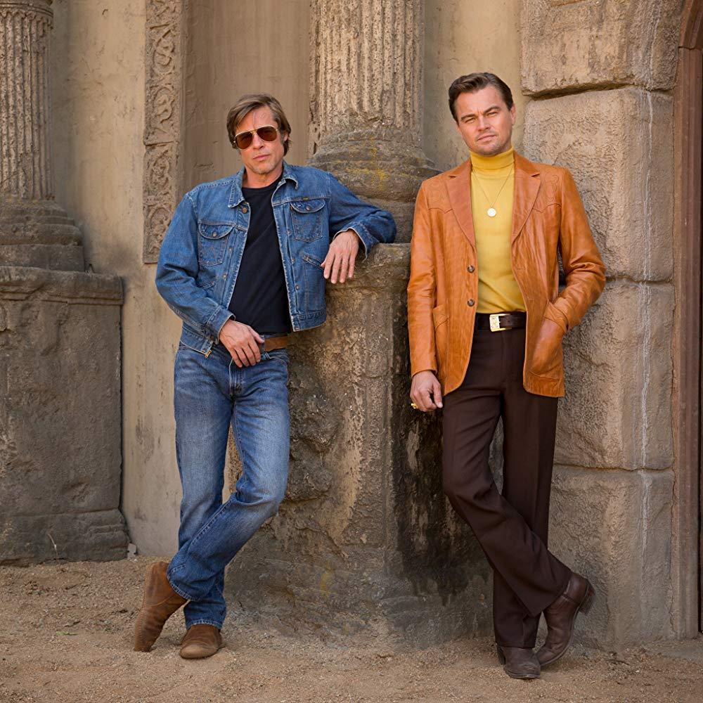 Brad Pitt (izquierda) y Leonardo DiCaprio (derecha) en el set de Once Upon A Time In Holywood.