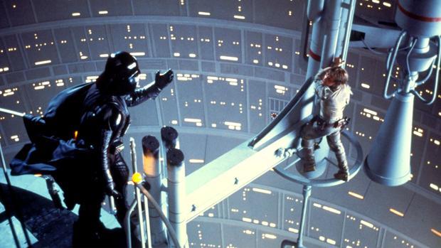"""Darth Vader y Luke Skywalker, en la, probablemente, escena más icónica de la historia del cine acompañada por una frase más iconica todavia: """"Yo soy tu padre."""" El plot twist del siglo."""