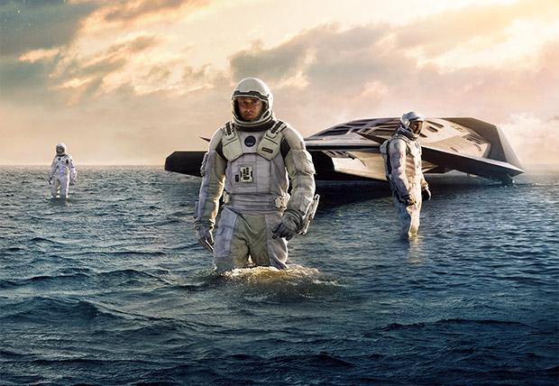 """Los tres astronautas principales Brand (Anne Hathaway), Cooper (Matthew McConaughey) y Romilly (David Gyasi) en su primera expedición en un planeta """"habitable""""."""