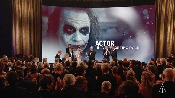 El público se levanta y aplaude en señal de duelo, el momento en el que la familia del australiano Heath Ledger recibe el Oscar por su actuación en Dark Knight, meses despues de morir.