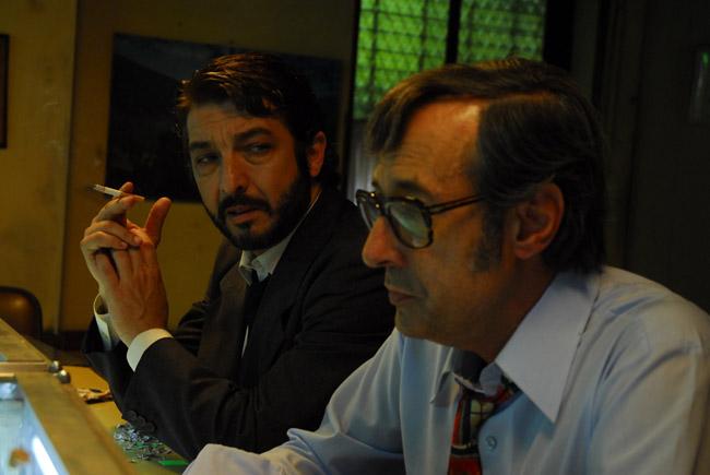 Benjamín Espósito (Ricardo Darín) junto a Pablo Sandoval (Guillermo Francella), dos detectives en un bar, para El Secreto de sus Ojos.