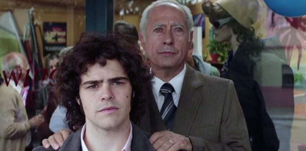 Peter Lanzani (Izquierda) junto con Guillermo Francella (Derecha atrás) en El Clán, mostrandonos a Alejandro Puccio y Arquimedes Puccio, respectivamente.
