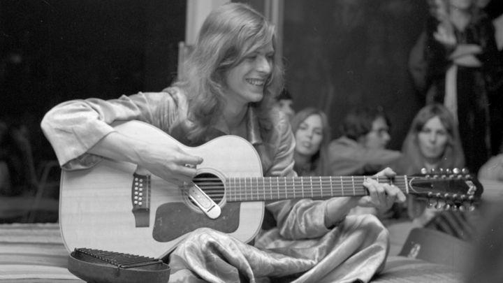 El joven David Bowie con su guitarra en 1971.