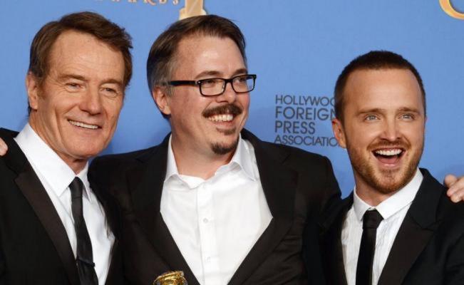 De Izquierda a derecha: Cranston (Walter White), Gilligan (Creador y guionista) y Paul (Jesse Pinkman) en una entrega de premios.