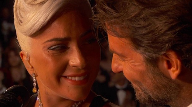 Lady Gaga y Bradley Cooper protagonizaron el momento romántico de la noche durante la presentación de Shallow / Se sonrien