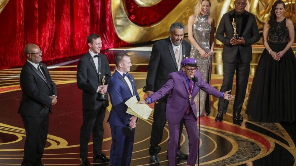 Spike Lee recibió el Oscar a Mejor Guion Adaptado y mando a la gente a votar