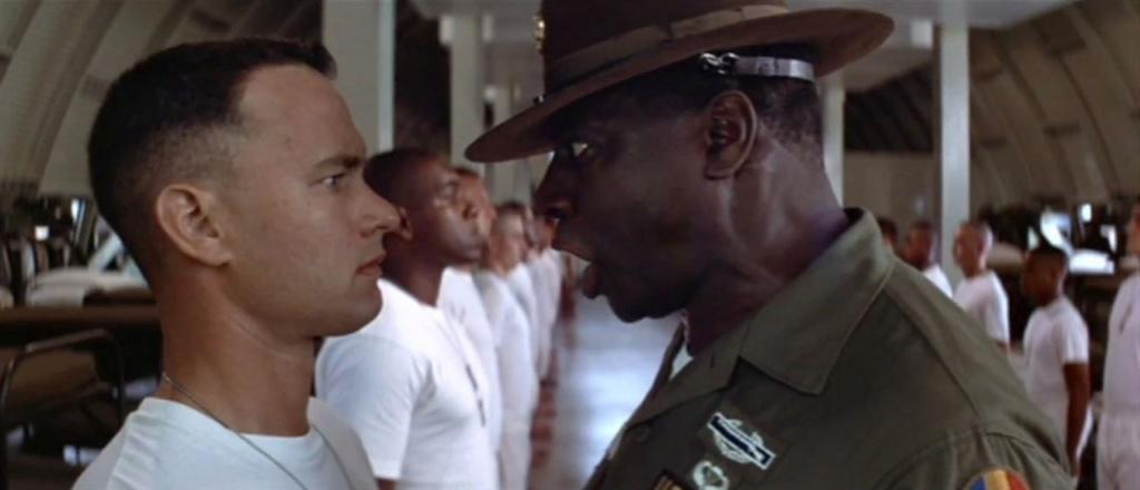 Forrest Gump se prepara para remake, siendo gritado por el militar.
