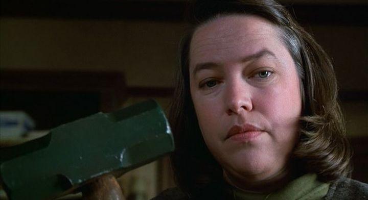 Kathy Bates en Misery y papel con el que consiguió el Oscar a mejor actriz.