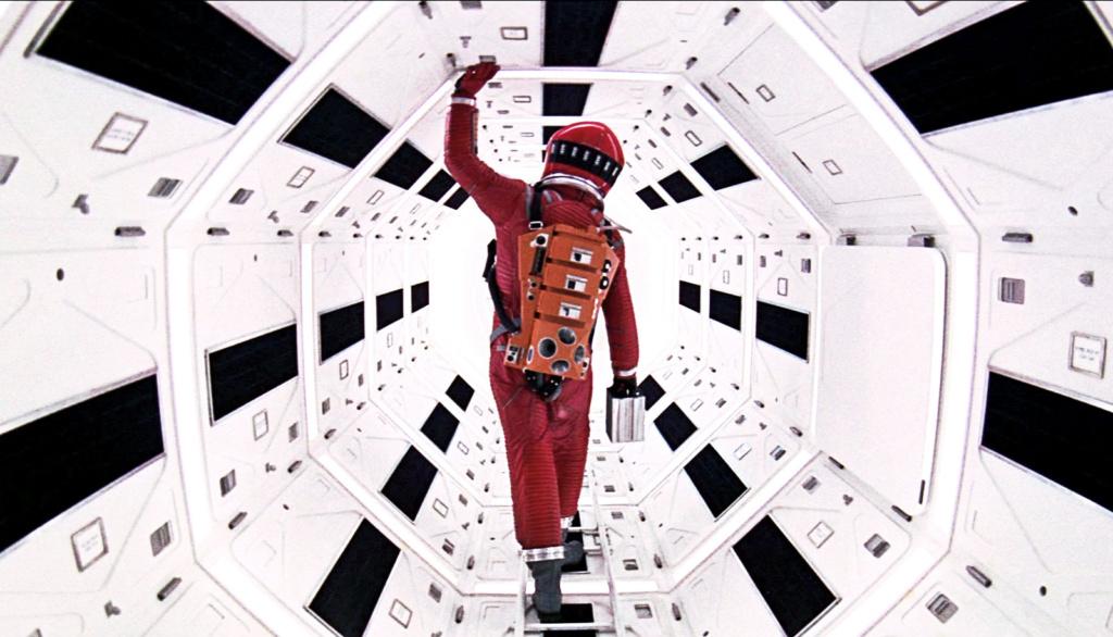 """Keir Dullea, de espaldas, en la nave espacial en """"2001...""""."""