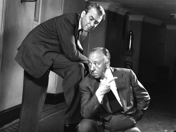 Alfred Hitchcock y James Stewart, una dupla más que clásica en los clásicos.