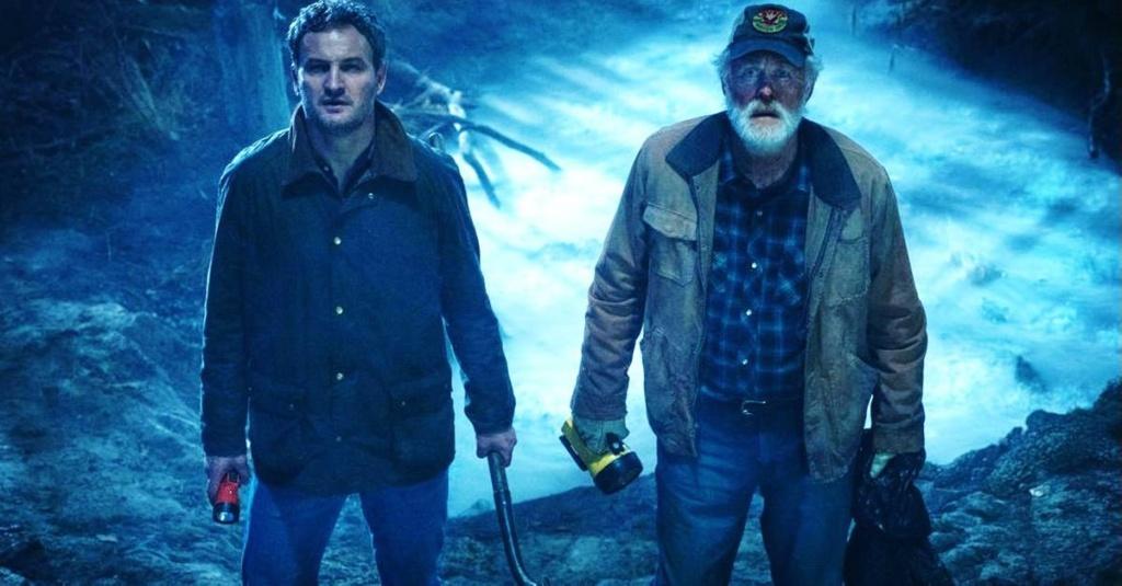 """Jason Clarke y John Lithgow en """"Pet Sematary"""", un plano típico de la película, con el color azul utilizado la mayor parte de esta, un claro ejemplo de """"película fria""""."""