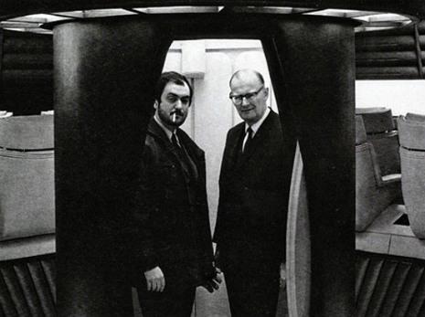 """Foto de Stanley Kubrick y Arthur C. Clarke en el set de """"2001...""""."""