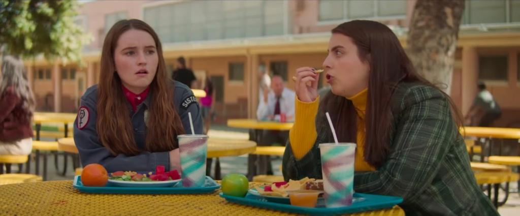 Amy y Molly comiendo en la mesa de la escuela