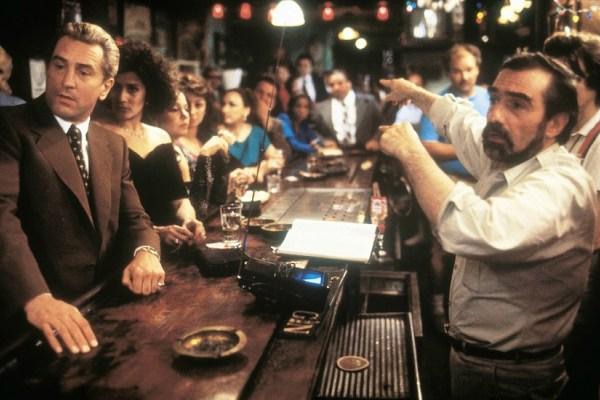 "Martin Scorsese a punto de dirigir una escena en ""Goodfellas"", acompañado de un estelar, Robert De Niro."
