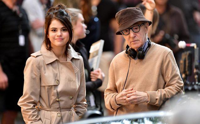 """Selena Gomez (izquierda) y Woody Allen (derecha) en el set de """"A Rainy Day In New York""""."""