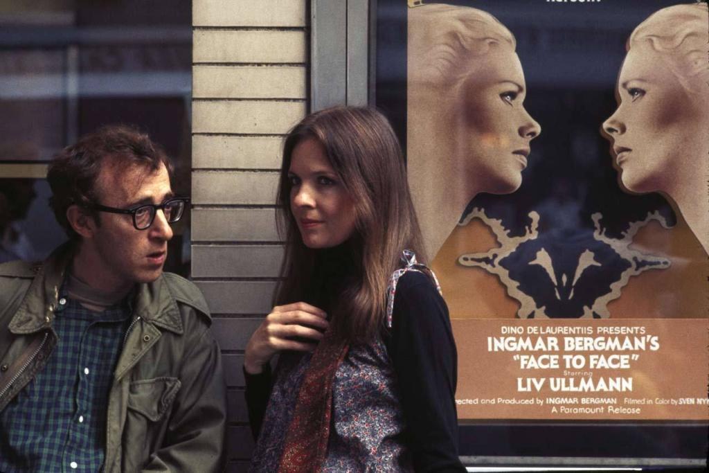 """Icónico. Woody Allen (izquierda) y Diane Keaton (derecha) en 'Annie Hall', y de fondo, el póster de """"Face To Face"""" de Bergman, el director favoríto de Allen."""