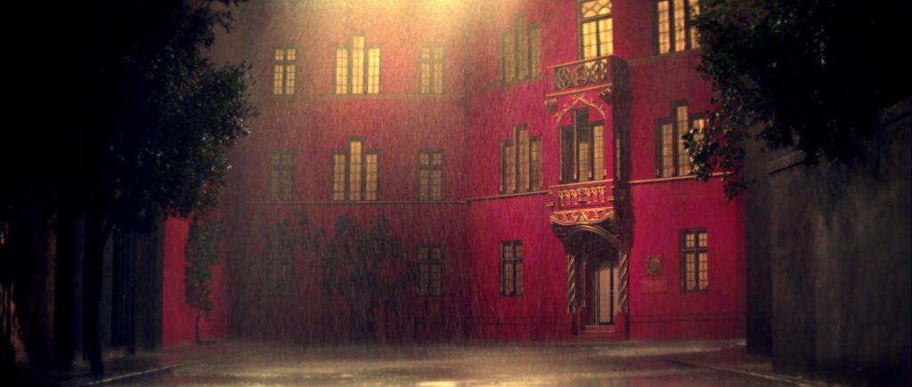 La academia de Helena Markos en 'Suspiria', la fachada entera del edificio está hecha en un set.